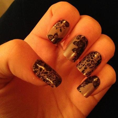Ella Henderson tweets intricate nail art