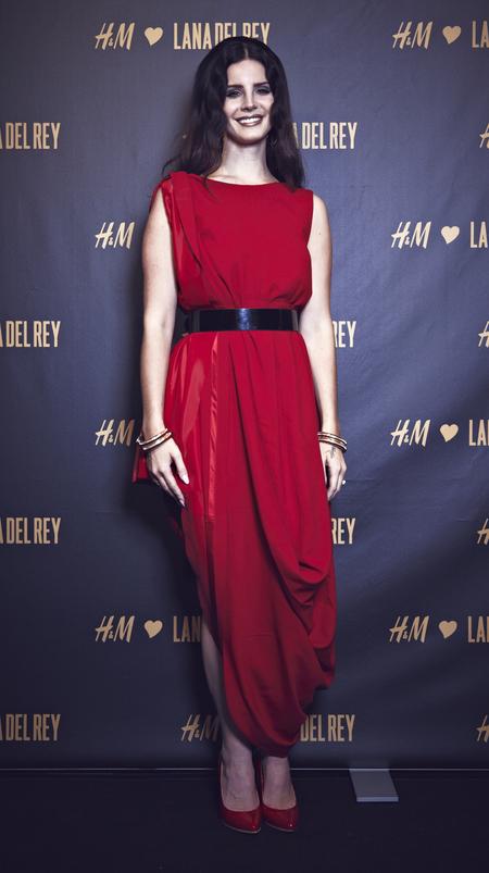 Lana Del Rey does radiant red in Maison Martin Margiela dress