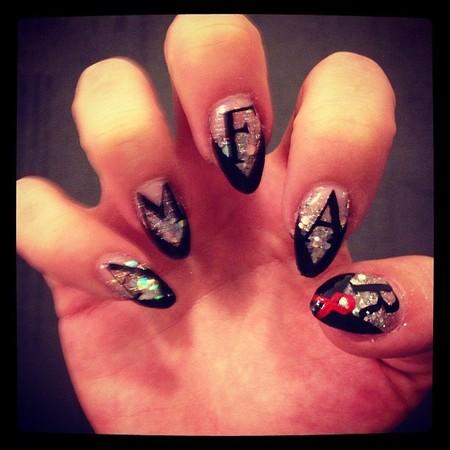Kelly Osbourne shows off Vogue nails