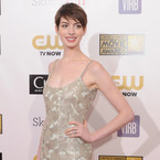 Anne Hathaway wows in Oscar de la Renta at Critics' Choice