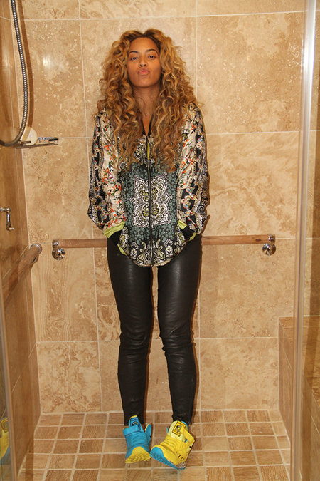 Beyoncé goes make-up free for shower snap