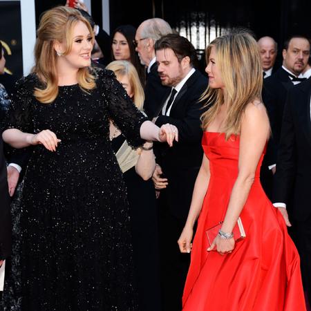 Adele speaks to Jennifer Aniston at the Oscars