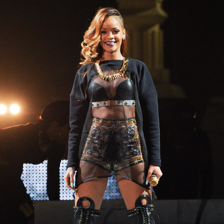 Rihanna performs on Diamonds world tour