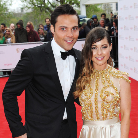 http://i6.cdnds.net/13/20/450x450/bafta-tv-awards-red-carpet-spencer-matthews-louise-thompson.jpg