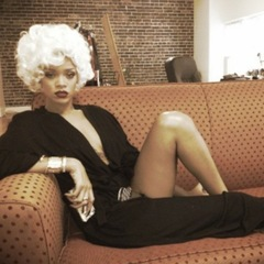 Rihanna does Marilyn Monroe hair with blonde wig