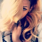 Rihanna shows off new long blonde hair