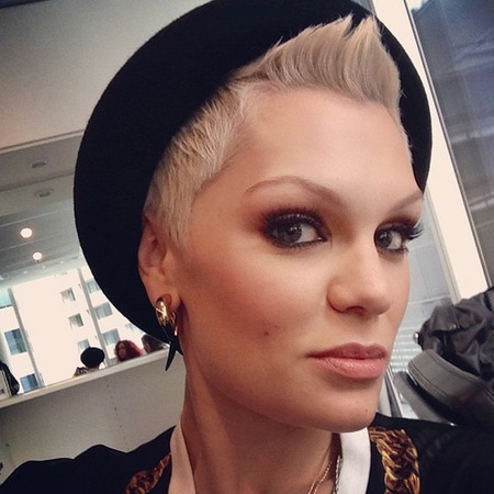 Jessie J does bronze smoky eyes and creamy nude lips