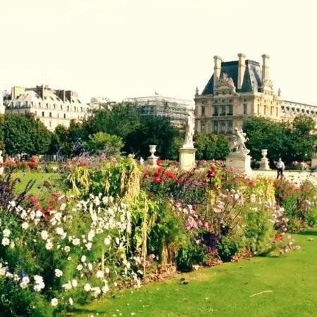 Karlie Kloss shows us Tuileries Garden in Paris
