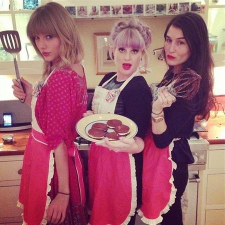 Taylor Swift and Kelly Osbourne bake together