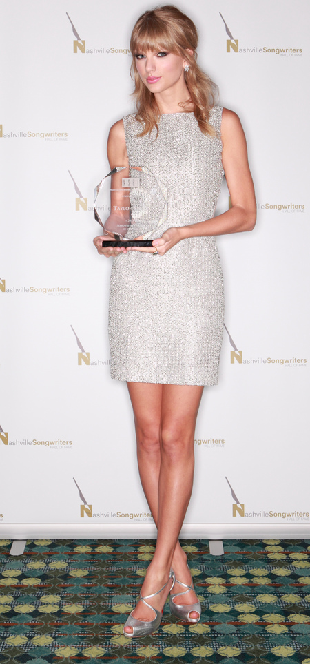 taylor swift - sixties hair and makeup trend - silber dress - 2013 songwriter of the year award - handbag.com