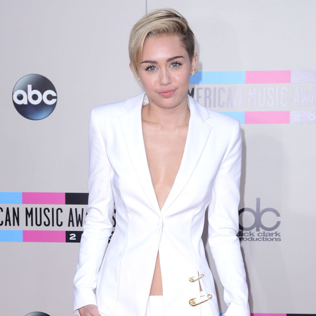 miley cyrus white suit - no bra - American Music Awards 2013 AMAs - handbag.com