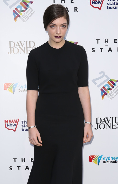 Lorde wears gothic trend and berry lipstick - celebrity fashion - red carpet- berry lipstick - beauty news - handbag.com
