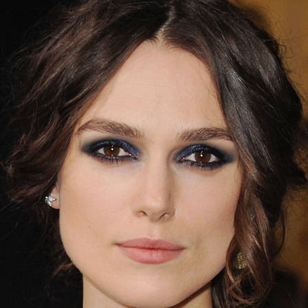 keira knightley blue eye makeup - jack ryan shadow recruit premiere - navy blue eye shadow and smoky eyes - handbag.com