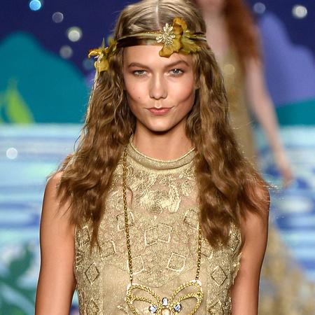 model karlie kloss on the runway - iconic supermodels - handbag.com