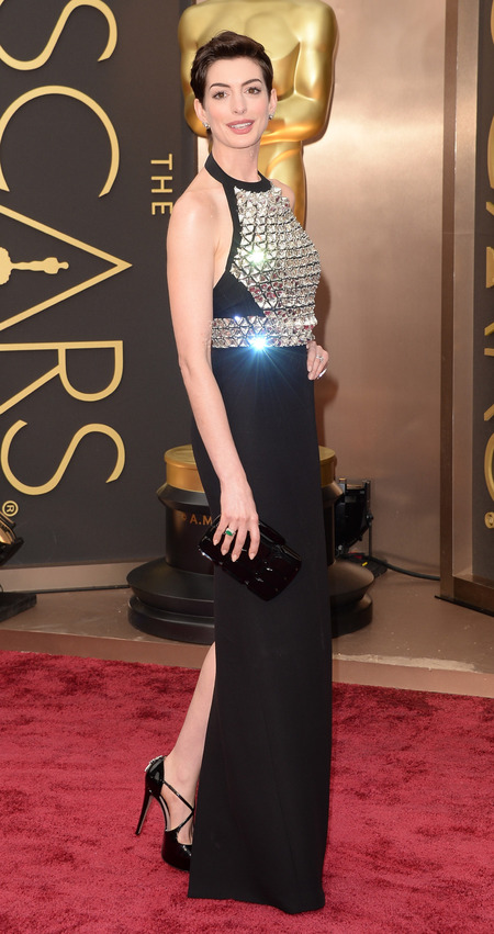 Anne Hathaway and her Gucci Artistographic plexiglass evening clutch