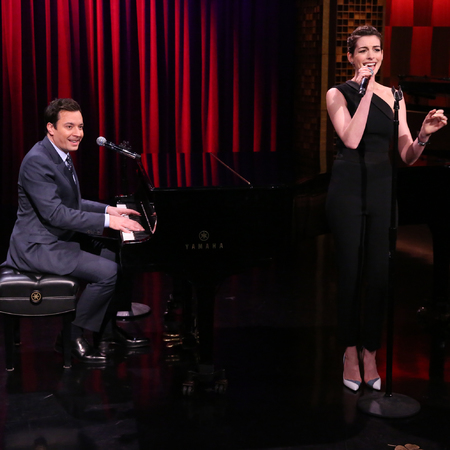anne hathaway - jimmy fallon live - singing rap songs - funny - day bag - handbag.com