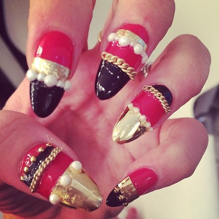 Lily Allen's gold chain and pearl 3D nails