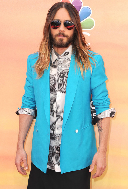 jared leto we want your blazer - jared leto wearing a turquoise blazer and paisley print shirt at iheartradio music awards - shopping bag - handbag