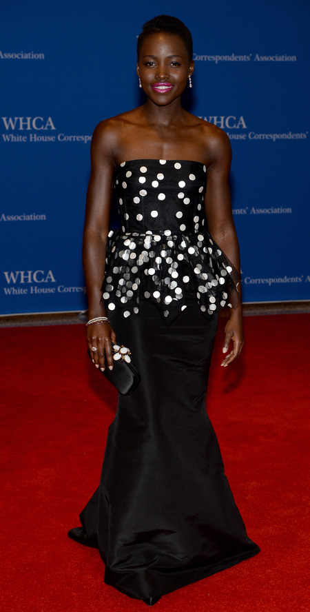 lupita nyong'o attending the white house correspondents association dinner in washington in black and white oscar de la renta - lupita nyong'o nails the matching handbag and dress trend in oscar de la renta - shopping bag - handbag