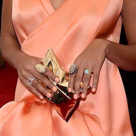 solange knowles-met gala 2014-anya hindmarch clutch bag-gold crisp packet-orange-peach-nails-red carpet-handbag.com