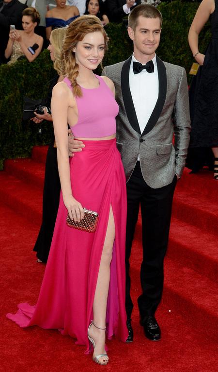 emma stone-andrew garfield-met gala 2014-pink dress-thakoon-red carpet-plait hairstyle-handbag.com