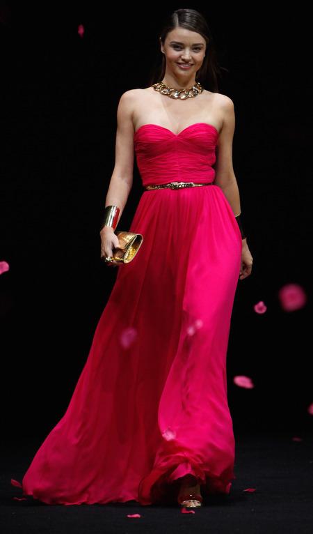 miranda kerr-pink dress-michael kors-catwalk-fashion show-shanghai-gold clutch bag-model-handbag.com