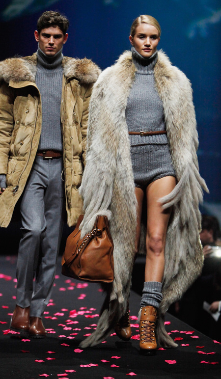 rosie huntington whiteley-michael kors-catwalk-runway-fashion show-shanghai-furry coat-handbag-brown-tan-model-handbag.com