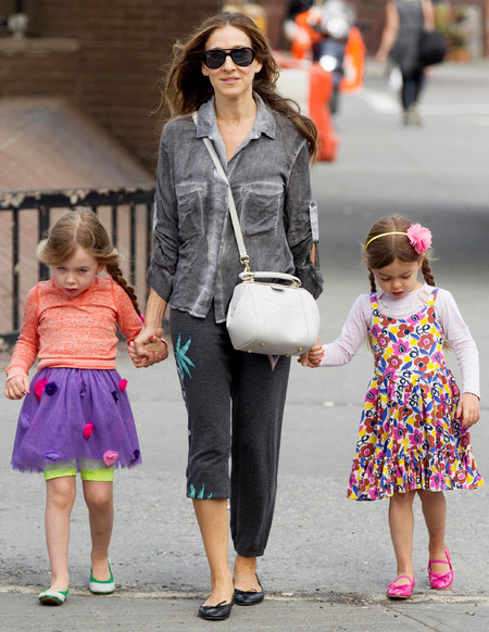 sarah jessica parker with her daughters in new york - sarah jessica parker wears tracksuit bottoms - shopping bag - handbag