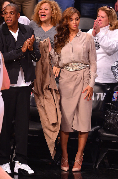 beyonce-basketball game-nude outfit-cream and brown blouse and skirt-kim kardashian style fashion-curly hair-vintage waves-handbag.com