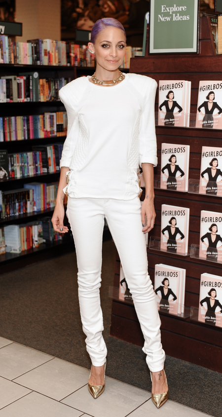 nicole richie attends girlboss event in a white outfit with shoulder pads - are shoulder pads back in - shopping bag - handbag