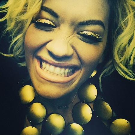 rita ora-gold eye makeup-black and gold-metallic cream eyeshadow-glitter makeup-close up celebrity makeup-handbag.com
