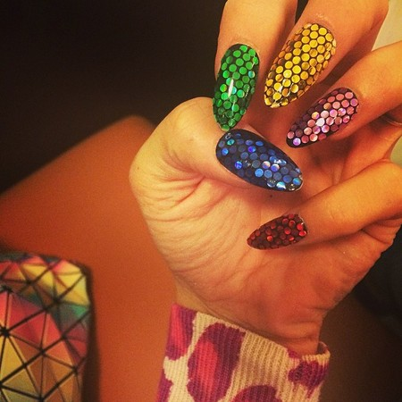 lily allen the queen of nail art - lily allen matches her nails to her issey miyake bag - beauty bag - handbag