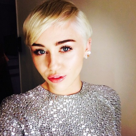 miley cyrus-world music awards 2014-selfie-pretty makeup-short blonde hair-silver dress-handbag.com