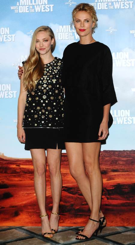amanda seyfried-charlize theron-A Million Ways To Die In The West-film premiere-black dresses-red lipstick-bronze eye makeup-celebrity style-handbag.com