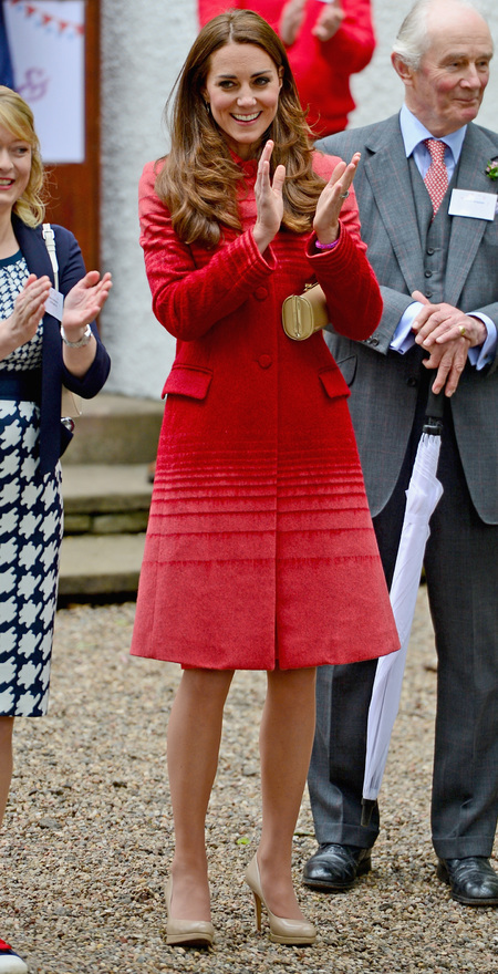kate middleton-red coat-jonathan saunders-tour of scotland-handbag.com