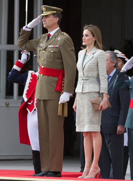 queen letizia in beige suit - is queen letizia of spain the new kate middleton - shopping bag - handbag