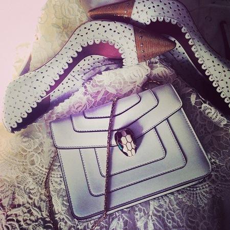 poppy delevingne-bulgari white handbag-instagram selfie trend-handbag.com