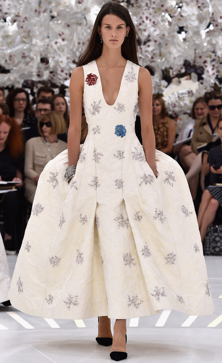 dior paris haute couture fashion week-autumn winter 2014-raf simons-big white dress-pockets-embellished-handbag.com