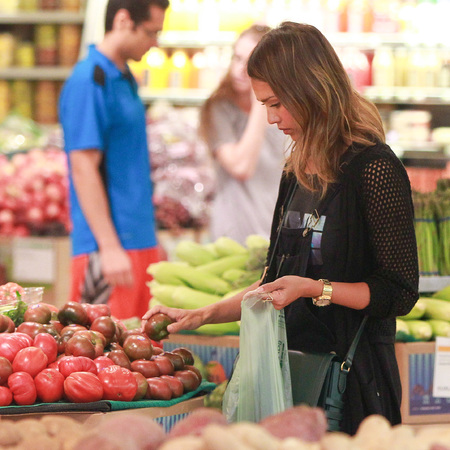 Jessica Alba - shopping - diet - tomatoes - handbag.com